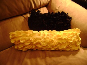 crafts for home decor: make a ruffled felt pillow tutorial